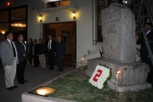 Ofrenda floral en monumento Mártires