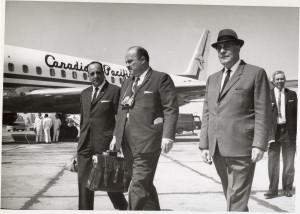 02 - Enrique Guerra regresa de E.E.U.U. Año 1966 recinido por Superintendente Claudio Herrera y Segundo Comandante Oscar Cortez01